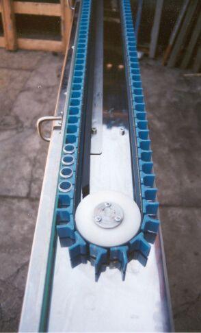Horizontální speciální článkový dopravník k dávkovacímu stroji