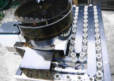 Řetězový akumulační dopravník s kruhovým zásobníkem určený pro rotační strojírenské součástky