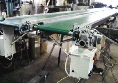 Pásové dopravníky hladké s měniči a fotobuňkami pro detekci zboží v koncovývh polohách